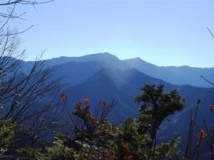白岩山(中央奥)、雲取山(中央右)、妙法ケ岳(手前)