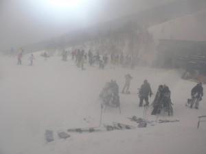 吹雪模様の朝一クリスタル前