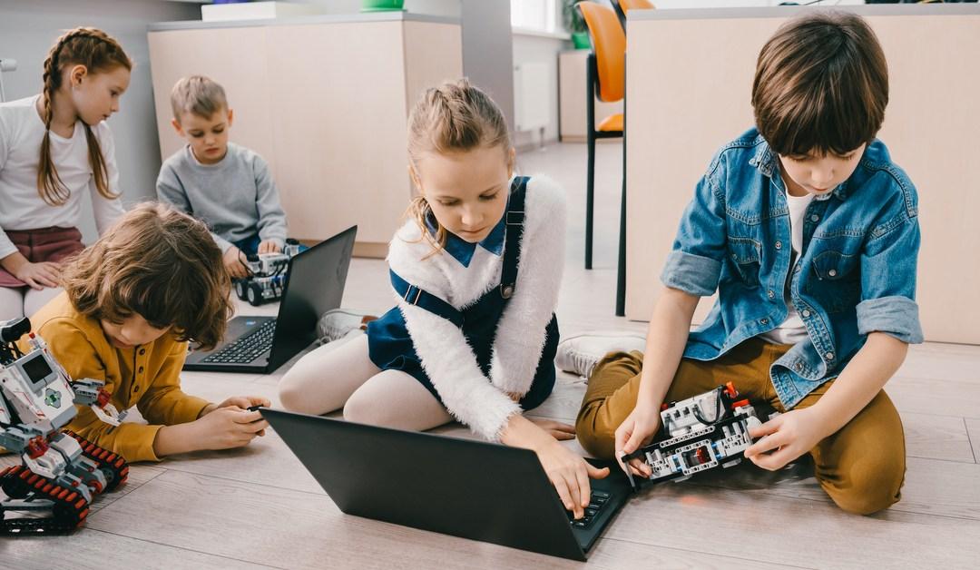 Dzieci w świecie ekranów. Edukacja cyfrowa w domu i szkole