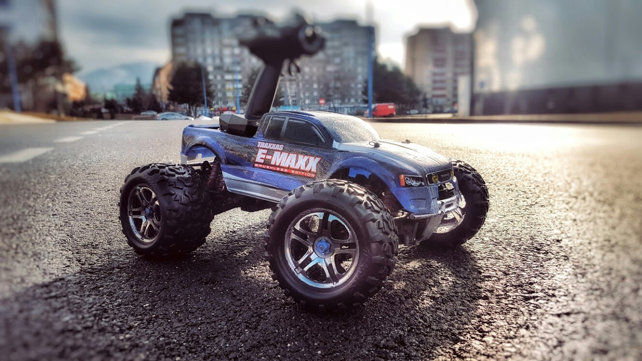 Traxxas E-Maxx Brushless Edition | Jumps