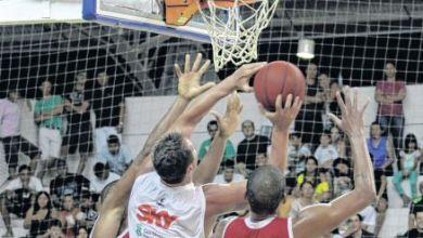Foto de Micro-ônibus do Basquete Cearense é atingido por pedra; atletas são feridos levemente