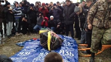 Foto de Mergulhadores retiram pedaço de meteoro de lago russo