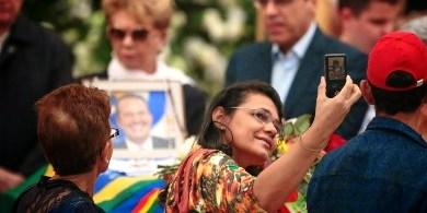 Foto de Polêmica! Selfie em velório de Eduardo Campos gera indignação nas redes sociais