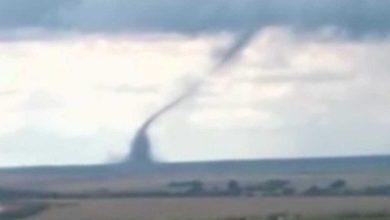 Photo of Trabalhador rural grava tornado em fazenda do interior de Goiás; veja o vídeo