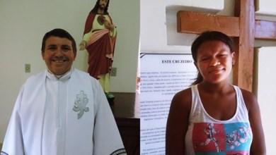 A mãe da criança e o padre Valderi | Foto: rede social