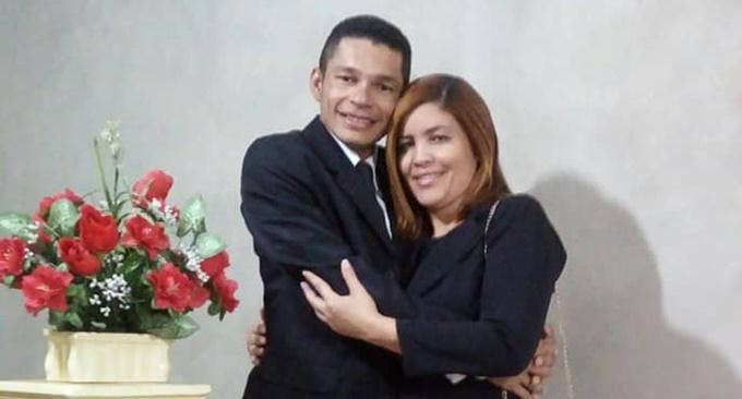 Cantor cearense vendeu móveis de casa e fez bingo para pagar viagem de volta da noiva — Foto: Pedro Neto/Arquivo pessoal