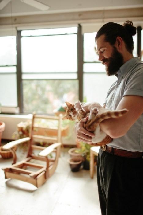 Hombre formal con su gato