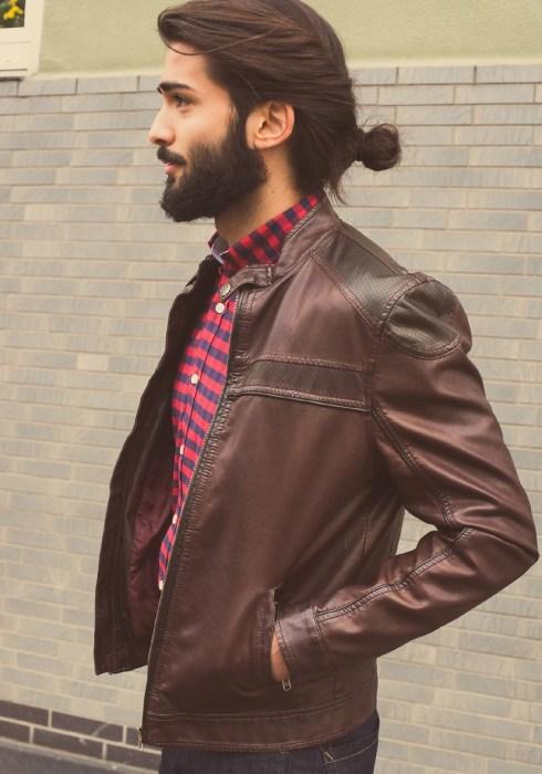 Hombre guapo con barba y cabello agarrado