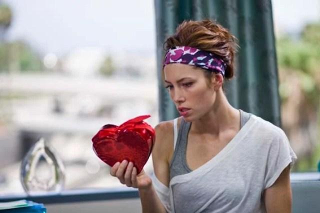 mujuer viendo un corazón con chocolates