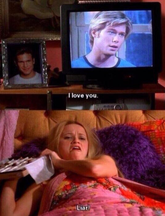 mujer comiendo chocolates y viendo una película