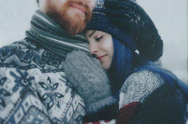 pareja de novios en el invierno abrazados