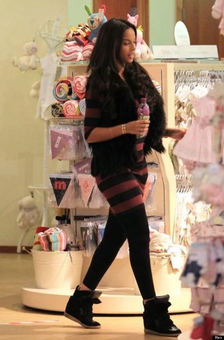 Chica comprando ropa para bebé