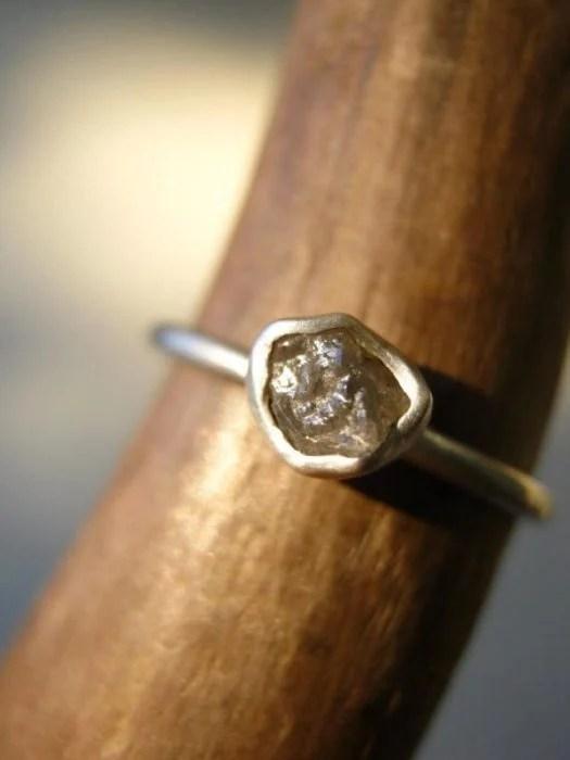 anillo minimalista diamantes pequeños en bruto