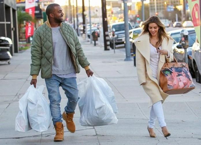 hombre carga bolsas de shopping a mujer en la calle