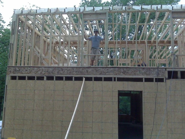 Donna costruisce casa