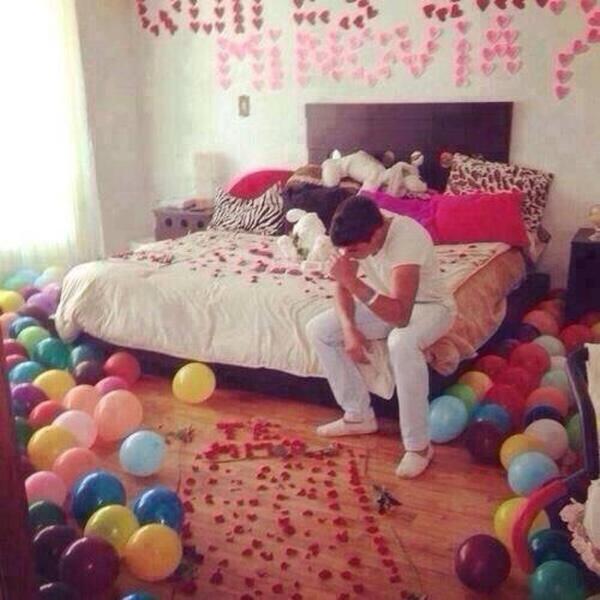 Chico sentado en la cama con una propuesta de noviazgo rechazada