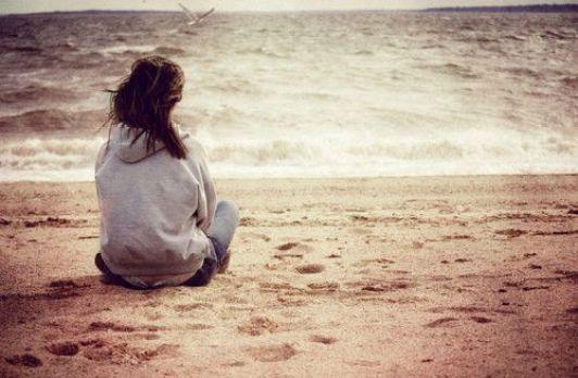 chica solitaria en la playa