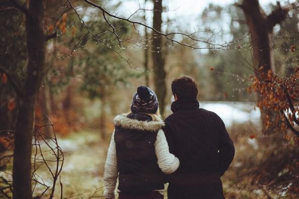 pareja caminando por el bosque