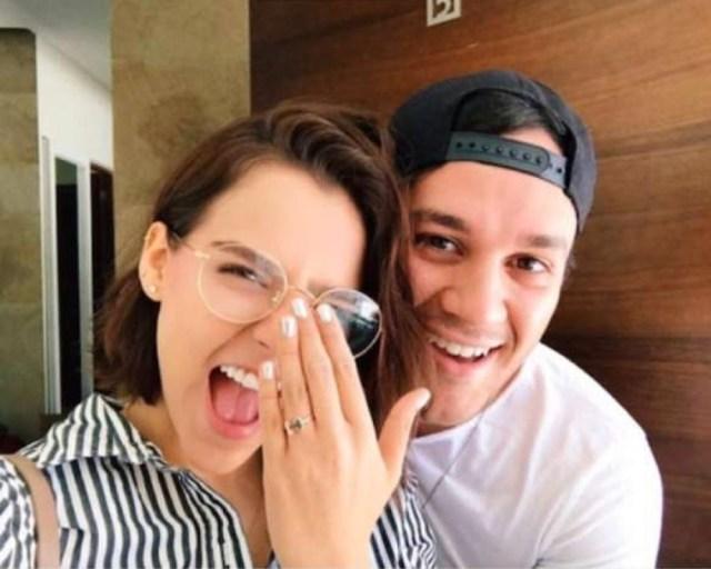 Mujer con lentes y un anillo de compromiso