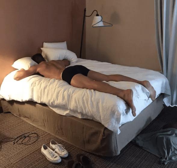 hombre en ropa interior en la cama