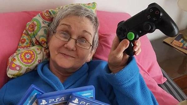Abuela jugando