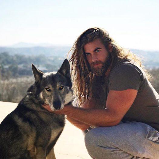 chico posando con su cachorro para una foto