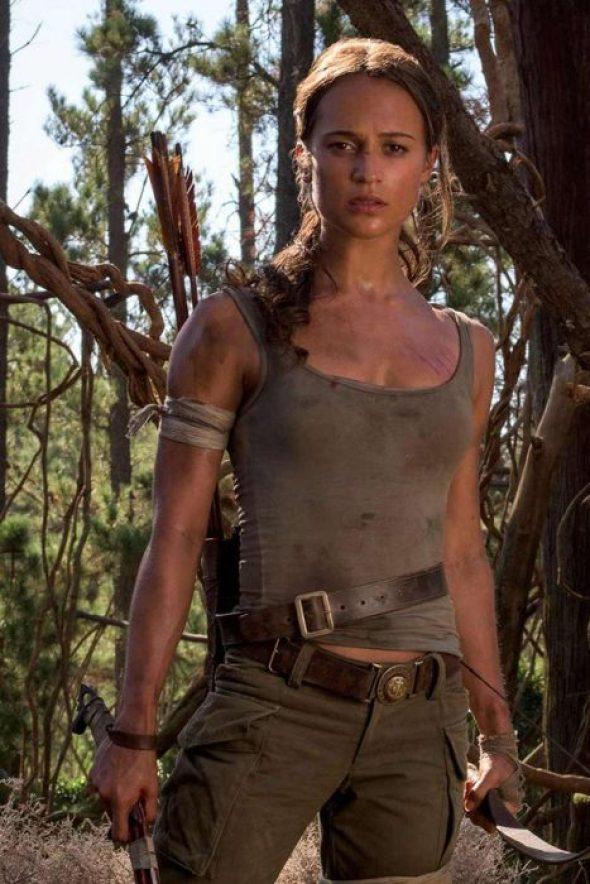 chica usando ropa desgastada en medio de la selva