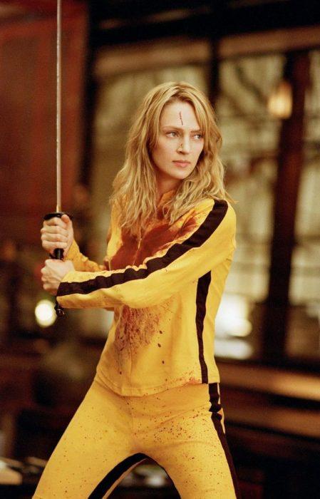 chica usando un conjunto en color amarillo