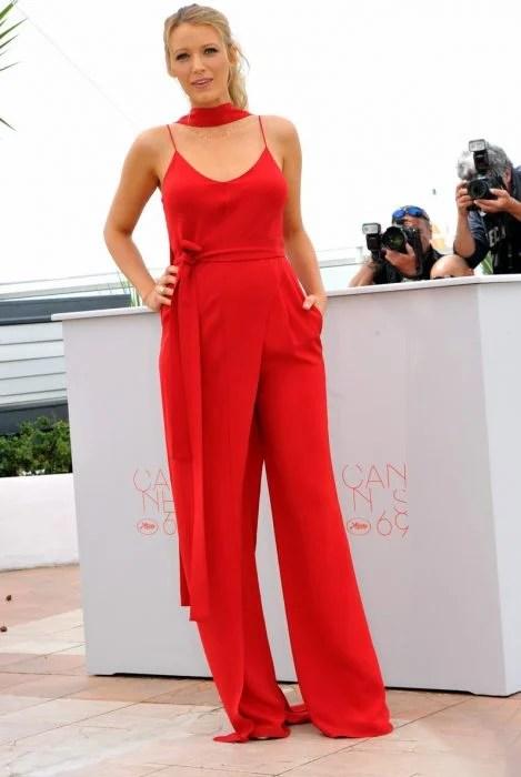 Chica usando un jumpsuit de color rojo