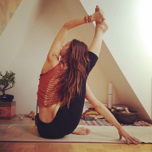 garota fazendo yoga
