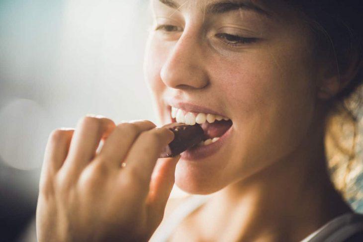 Chica comiendo chocolate