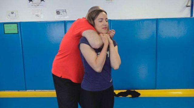 Técnica de autodefensa, donde el atacante toma a una mujer del cuello con el brazo