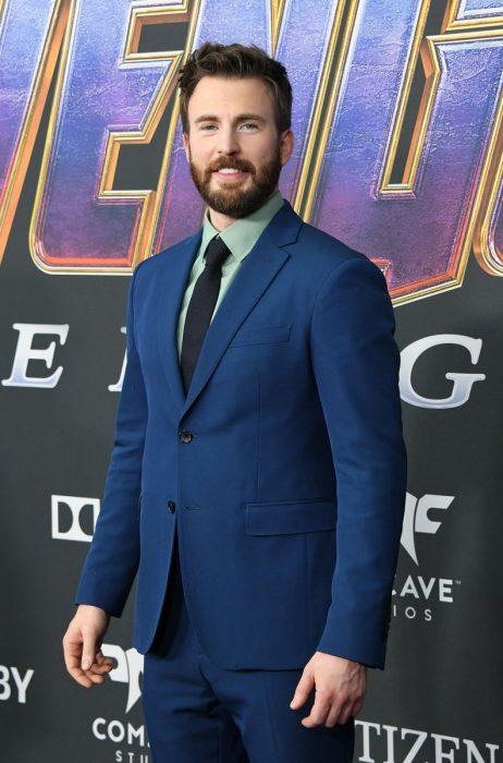 Chris Evans que interpreta al Capitán América en la premiere de la película de Avengers: Endgame en Los Angeles, vestido con traje azul