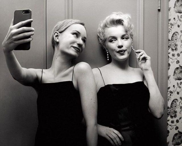 Fotógrafa Flóra Borsi tomándose una selfie con Marilyn Monroe mientras están afuera de un camerino