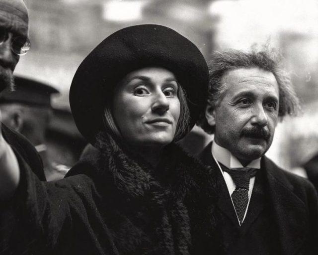 Fotógrafa Flóra Borsi tomándose una selfie con Albert Einstein mientras caminan por un parque