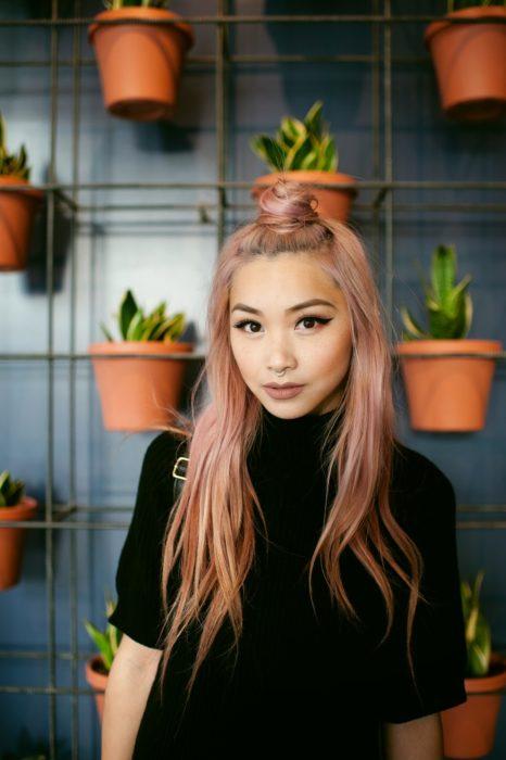 Ideas de peinados para el calor; chia asiática con cabello largo y rosa, con un medio chongo alto
