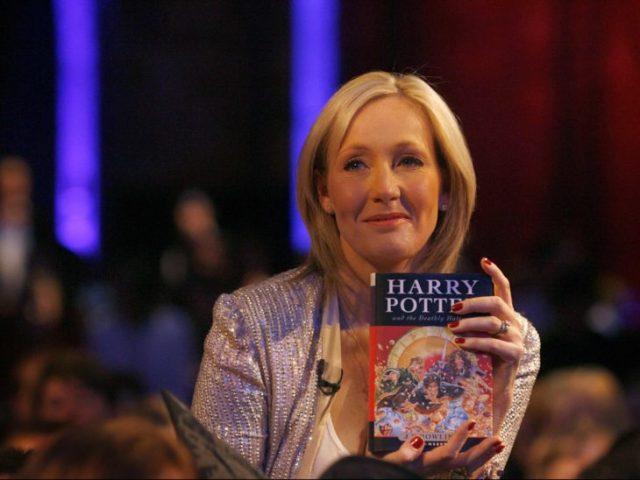 Escritora y autora de los libros de Harry Potter, J.K. Rowling sosteniendo un libro de la saga