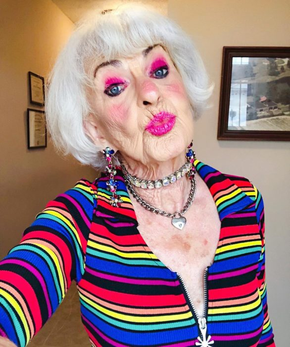 Baddie Winkle, mujer mayor posando con duck face