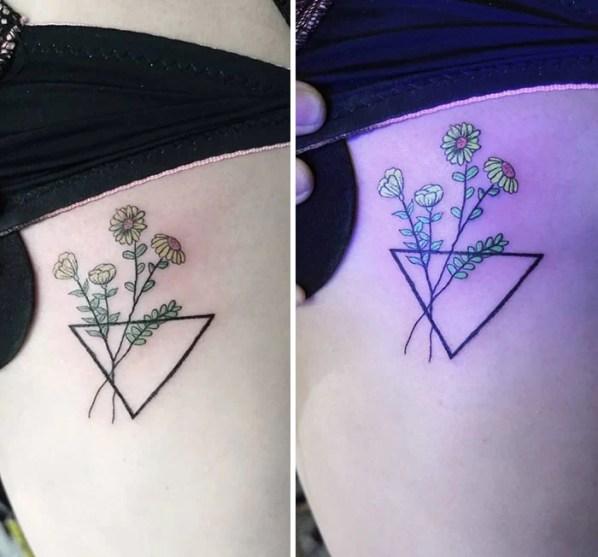 Тату роз с ультрафиолетовым эффектом в треугольной вазе