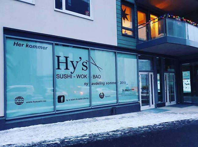 I vinter var vinduene i Lørenveien 64 dekorert med «Hy's Sushi, Wok, Bao. Ny avdeling sommeren 2019». Nå blir åpningen utsatt. Eieren av Hy's Hasle har tatt kontakt med oss […]