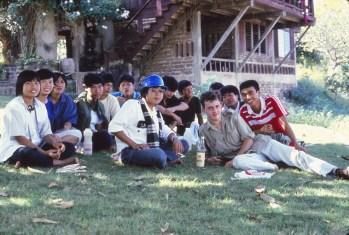 """Entouré """"d'amis"""" thaï, devant une bouteille de Mekong !"""