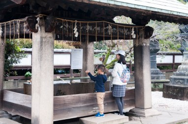Tokyo. Purification devant un temple du parc Ueno