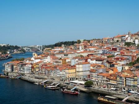 Porto: La ville haute vue depuis un pont sur le Duro