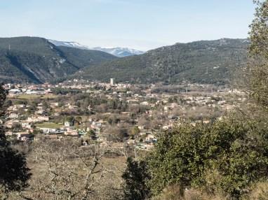 Laroque (au fond, le Mont Aigoual)