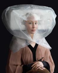 Fotografía imitando pintura renacentista y vestido hecho con materiales reciclados