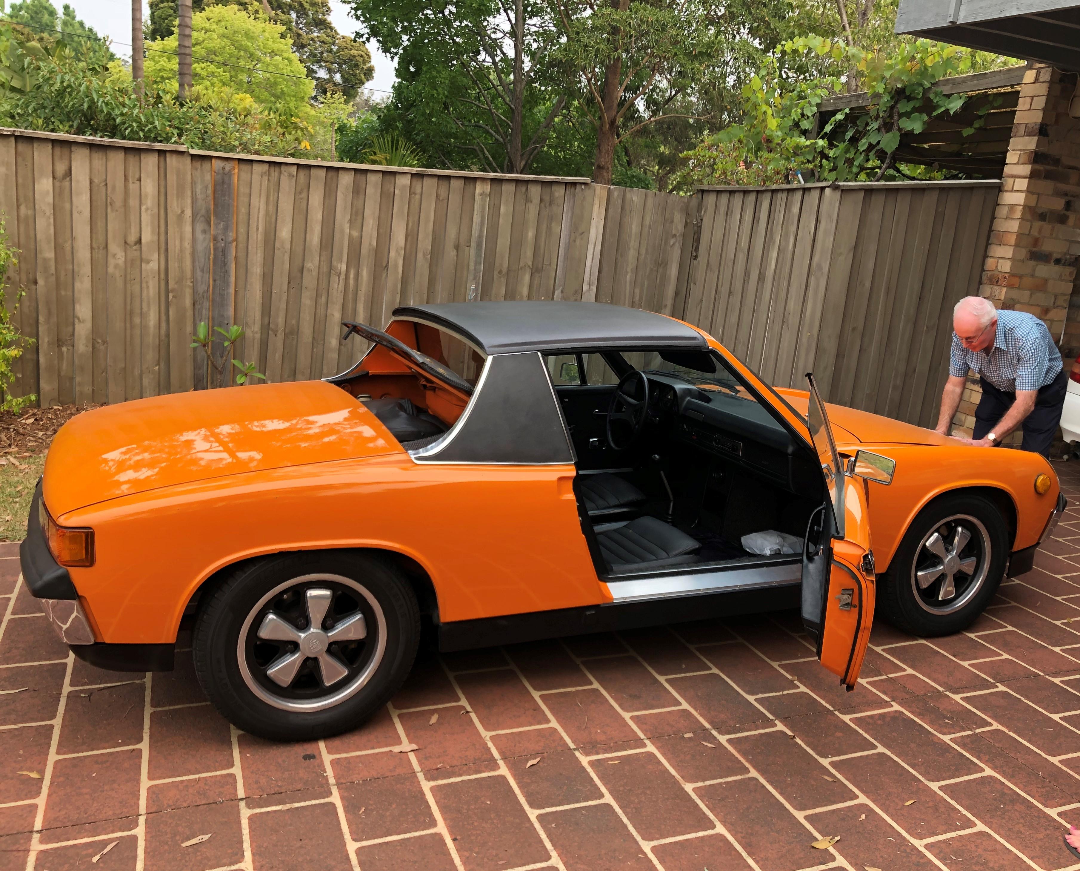 Der Mittelmotor im VW Porsche 914 setzte neue Maßstäbe. Durch die Versetzung von Motor und Getriebe in die Mitte des Fahrzeugs konnte eine optimale Gewichtsverteilung realisiert werden. Photo by Emerson Reed and Dennis Brooks