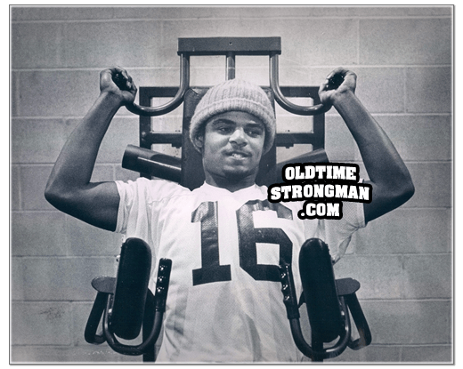 Warren Moon trains on a Nautilus Double Shoulder machine