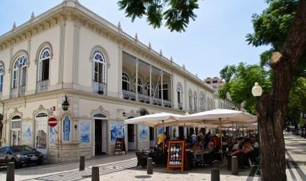 Blick auf ein Café und das Straßenleben in Funchal, der Hauptstadt Madeiras.