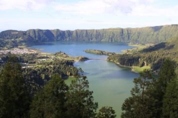 Blick auf die beiden Kraterseen von Sete Cidades