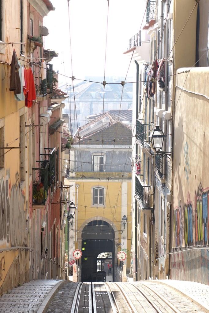 Hügeliges Lissabon... dies ist die Route des Ascensor da Bica
